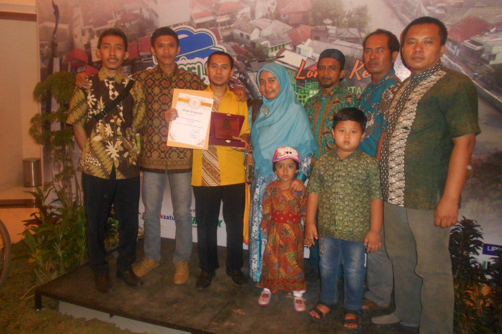 Bersama tim pengelola Perpustakaan Sampah di Malam Anugerah Bogorku Bersih