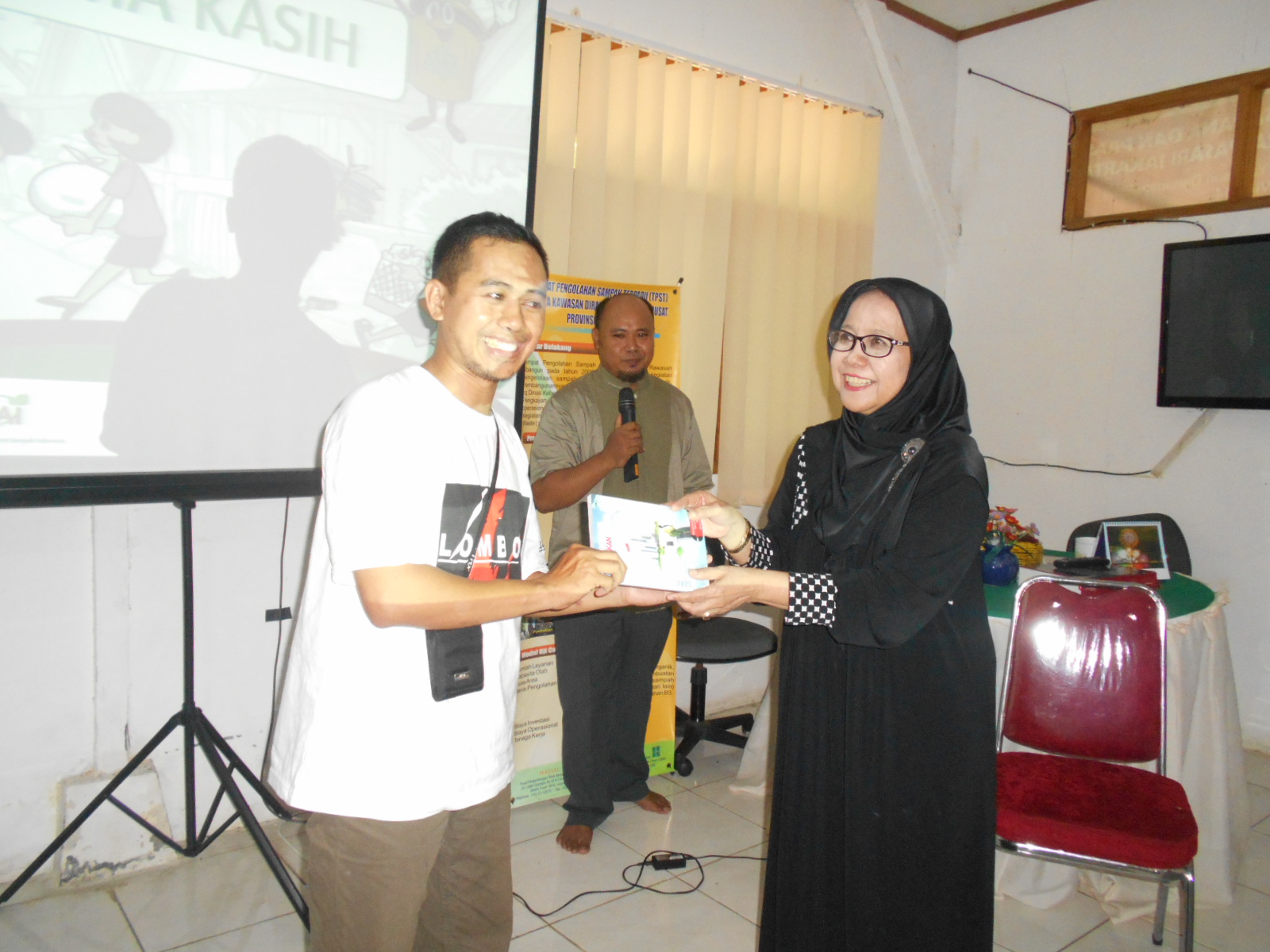 Elan Jaelani bersama ibu Ir.Sri Bebassari, M.Si ketu Indonesia Solid Waste Association (InSWA)